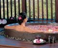 Blütentanz | Salzbad mit Rosenblüten